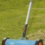 Scarificateur sur roues Combisystem, petit modèle, de GARDENA : scarificateur à main pour enlever la mousse, largeur de travail de 32 cm, roues robustes pour faciliter le travail (3395-20) de la marque Gardena image 2 produit